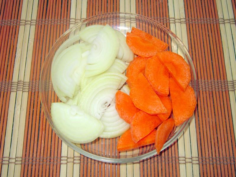 Свинина на сковороде с черносливом