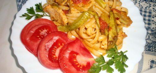 Лапша с курицей и овощами