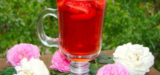 Холодный чай из лепестков роз с клубникой