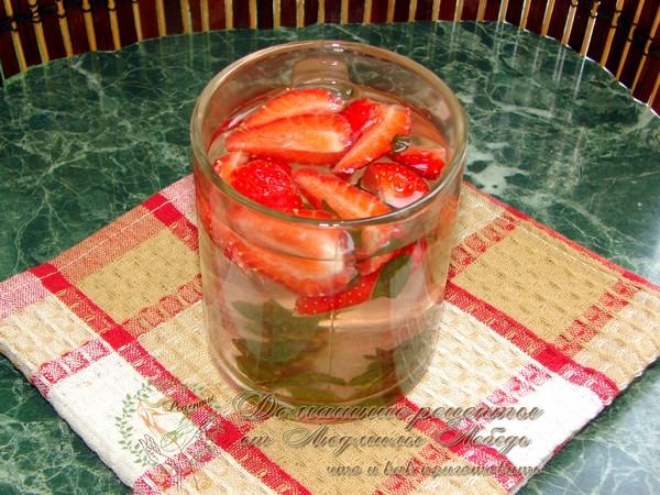 Холодный чай из мяты с ягодами клубники